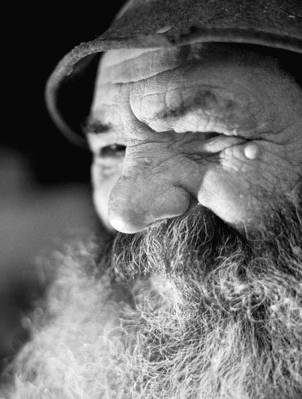 Bergfotografie: Schwarz-Weiß-Portrait eines Mannes.