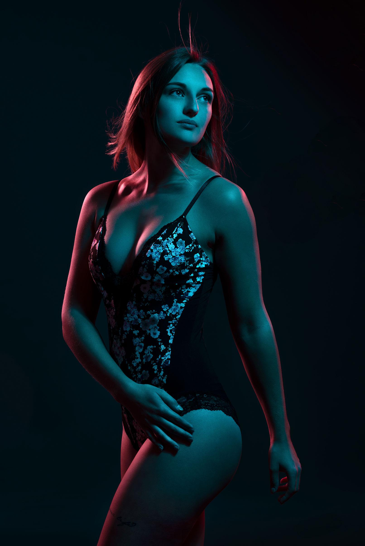 Beispiel zur Beauty-Retusche in Photoshop: Frau vor dunklem Hintergrund