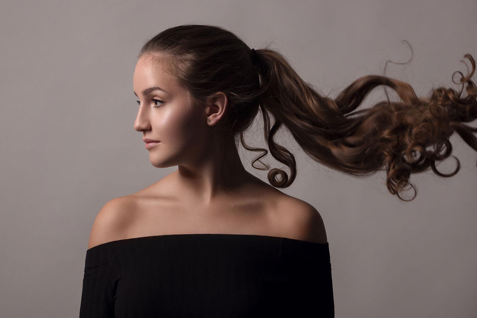 Beispiel zur Beauty-Retusche in Photoshop: Frau mit Zopf