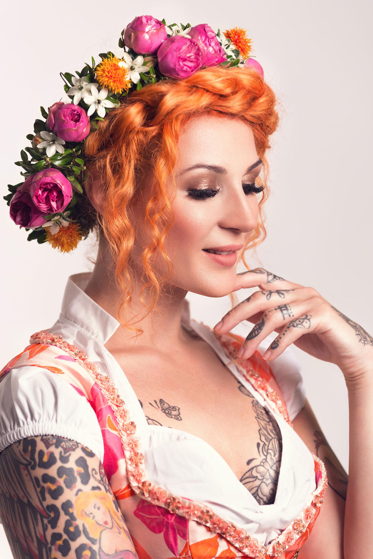 Beispiel zur Beauty-Retusche in Photoshop: Frau mit Blumenkranz auf den Haaren