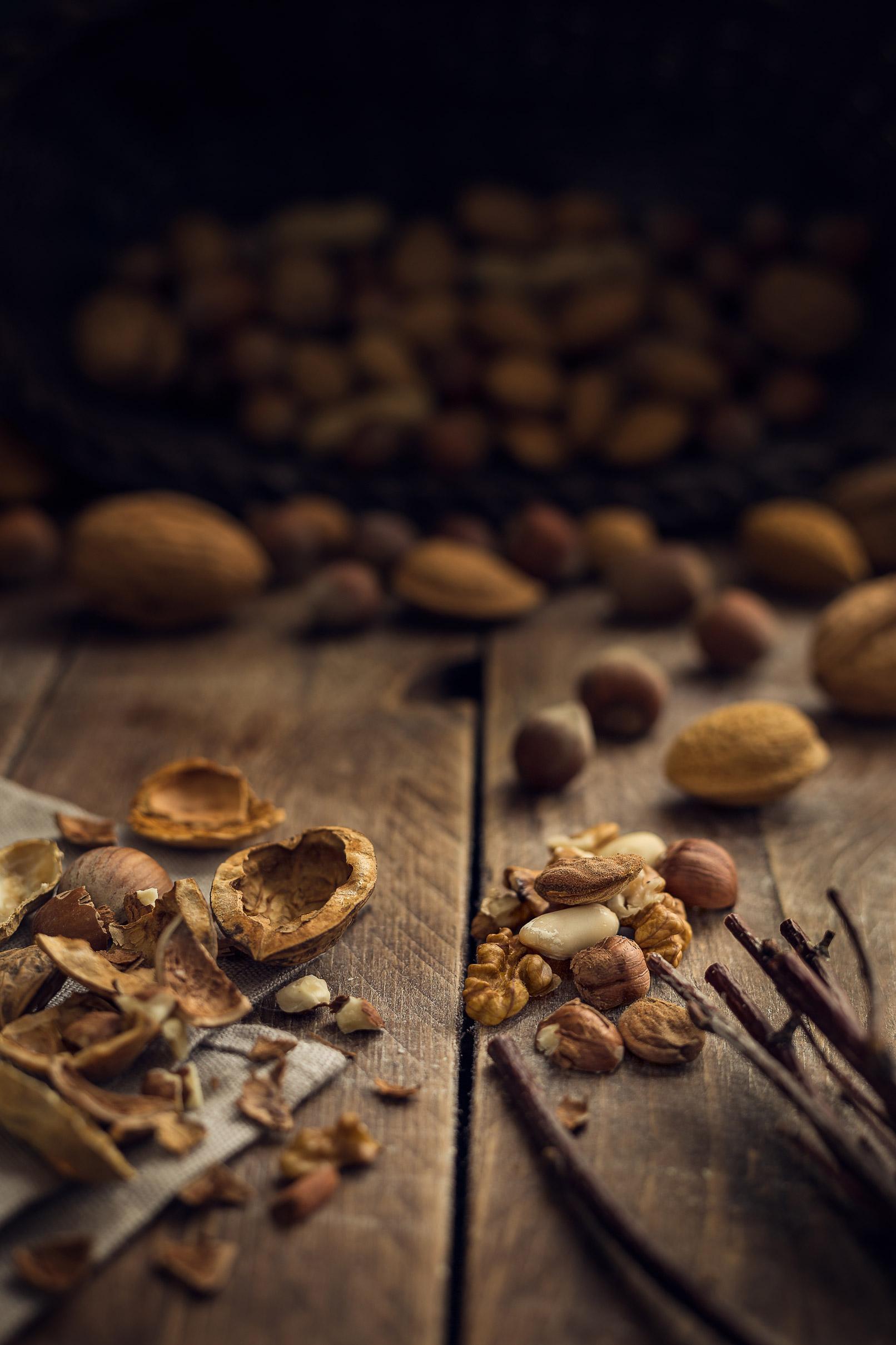 Nüsse und Nussschalen auf Holzbrettern
