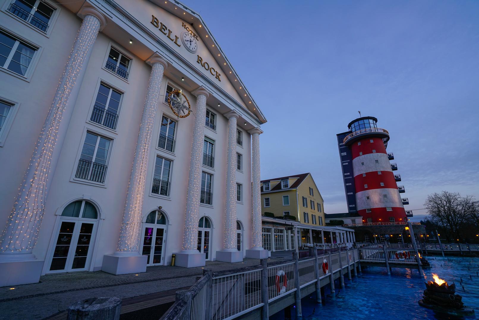 Front eines Hotels, aufgenommen zur blauen Stunde