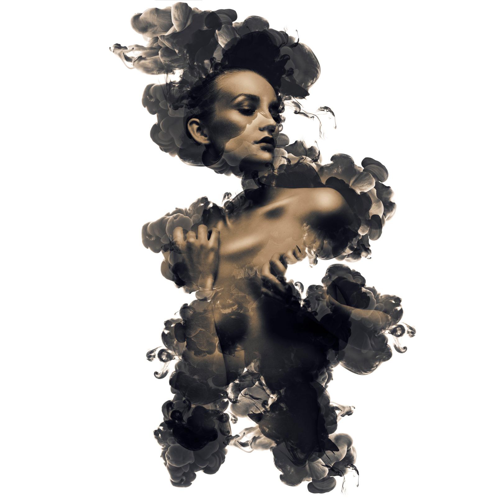 Nutze fertige Pinsel oder lerne, wie du in Photoshop Pinsel erstellst. Beispiel zur Anwendung von Pinseln: Porträt einer Frau, das aus wabernden Tinten auftaucht.