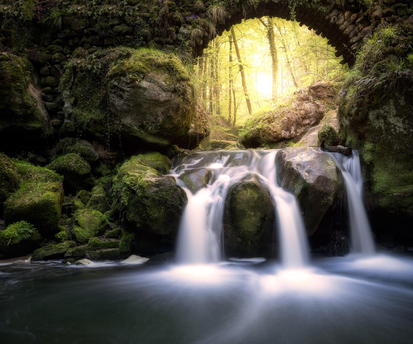 Durch die Langzeitbelichtung fließt der Wasserfall wie ein seidiger Vorhang dahin.