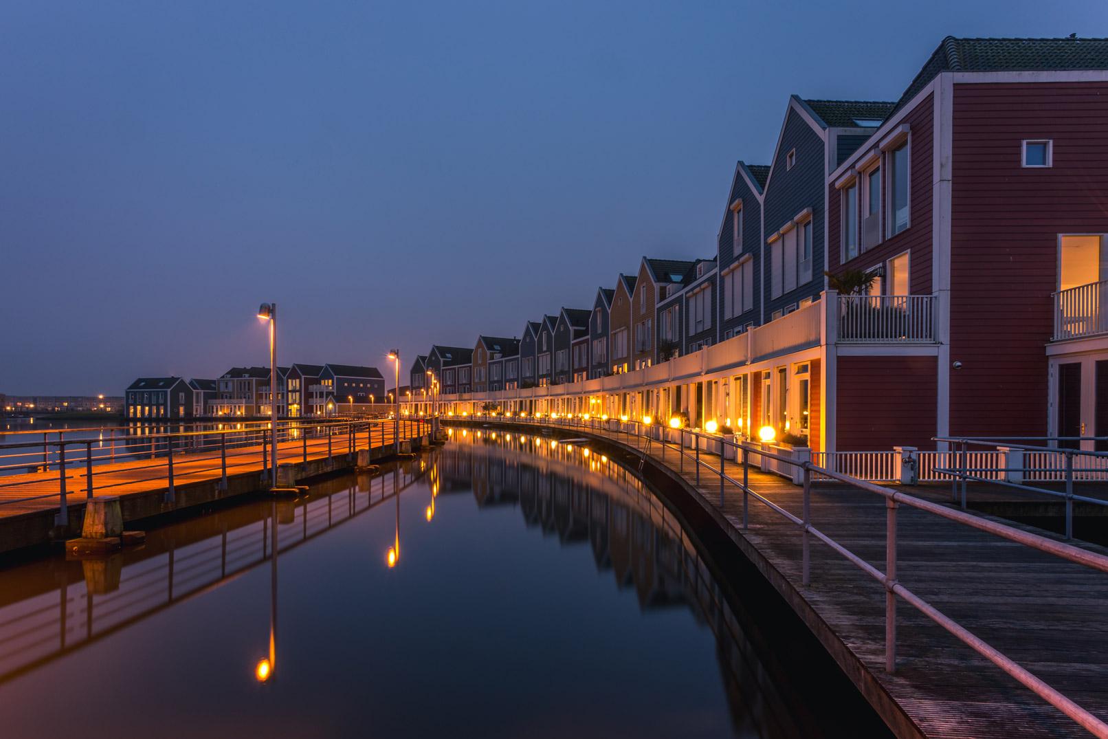 Szene mit Häusern in Abendstimmung, aufgenommen mit Langzeitbelichtung