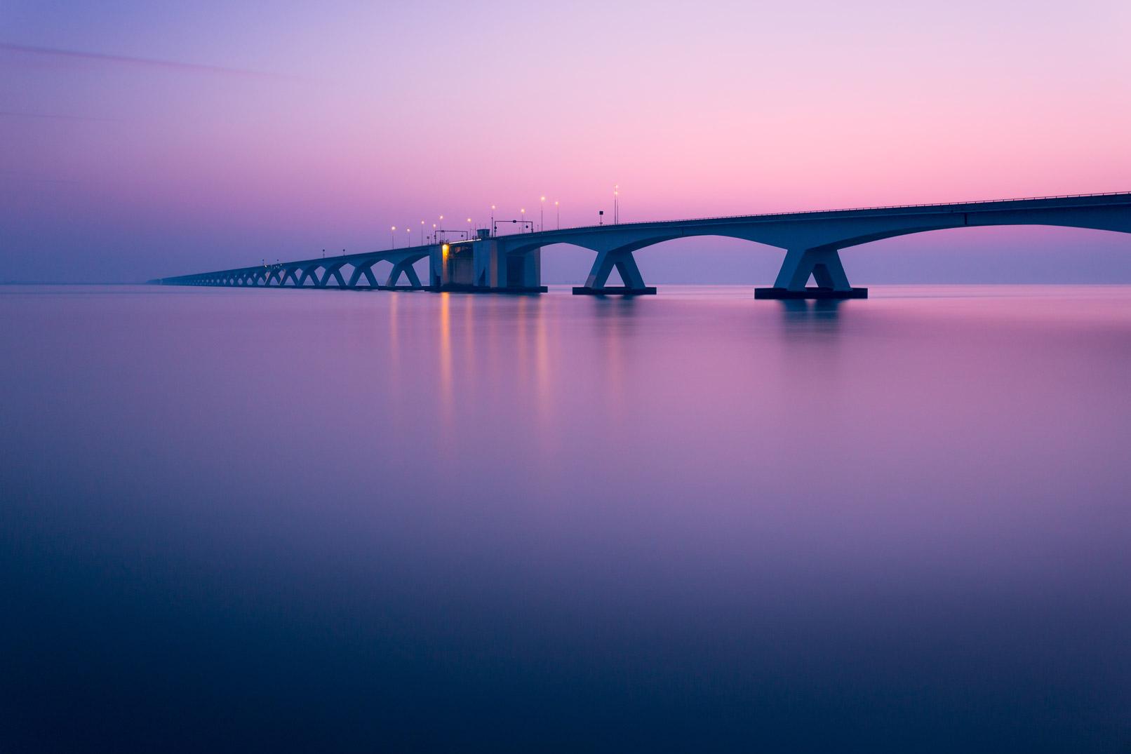 Brücke über Wasser, durch die Langzeitbelichtung wirkt die Wasseroberfläche glatt