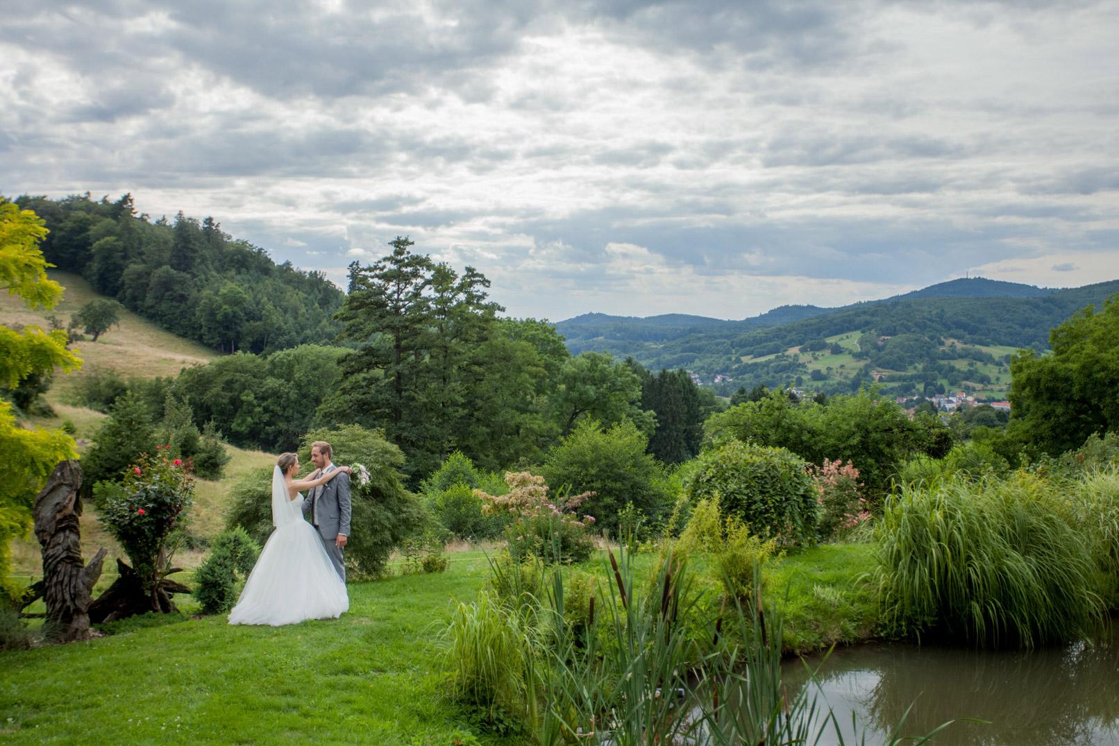 Hochzeitsfotografie: Brautpaar-Shooting in einer Landschaft