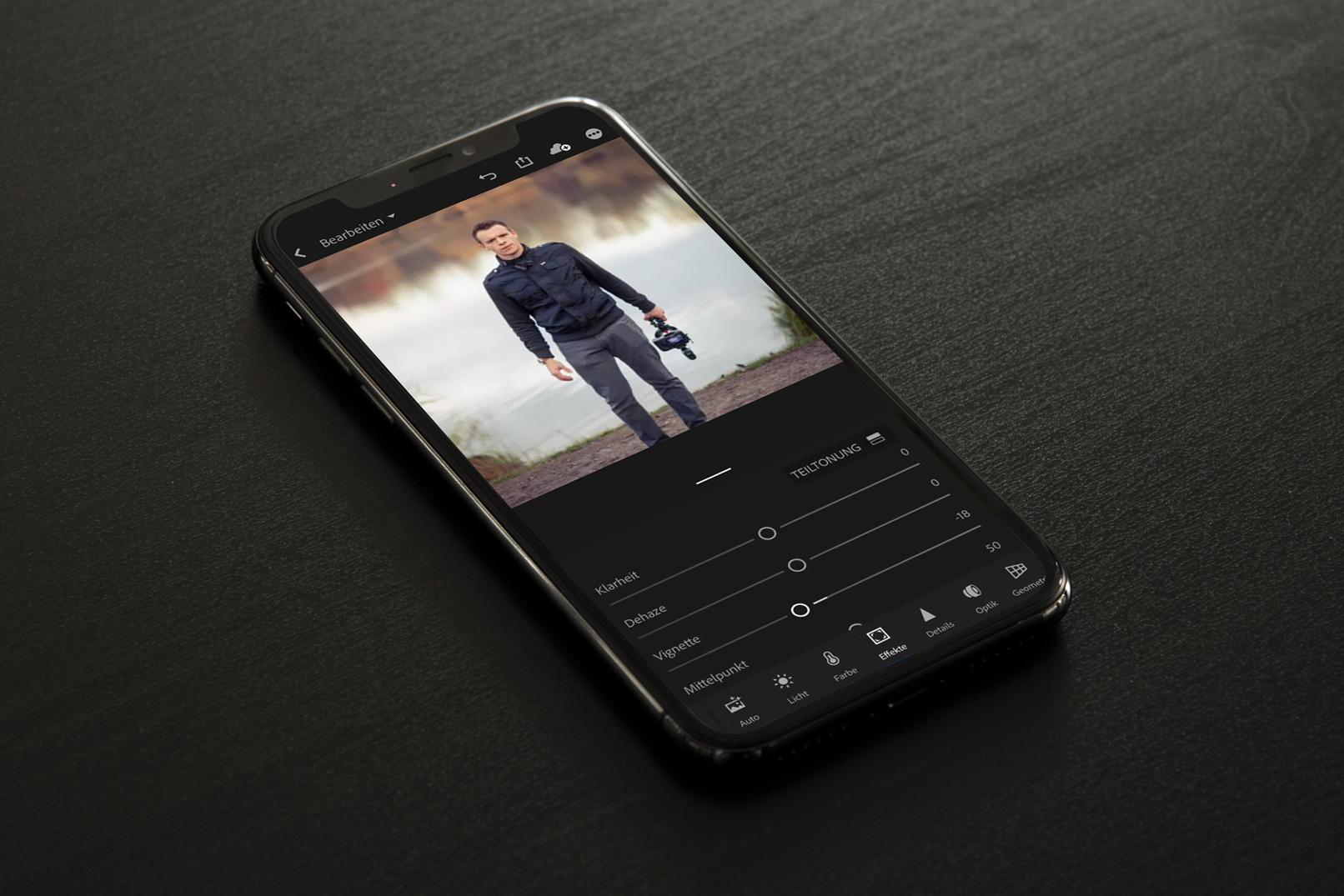 Smartphone, das einen Auszug aus dem Tutorial zur Fotobearbeitung mit Lightroom Classic CC zeigt, hier Lightroom mobile