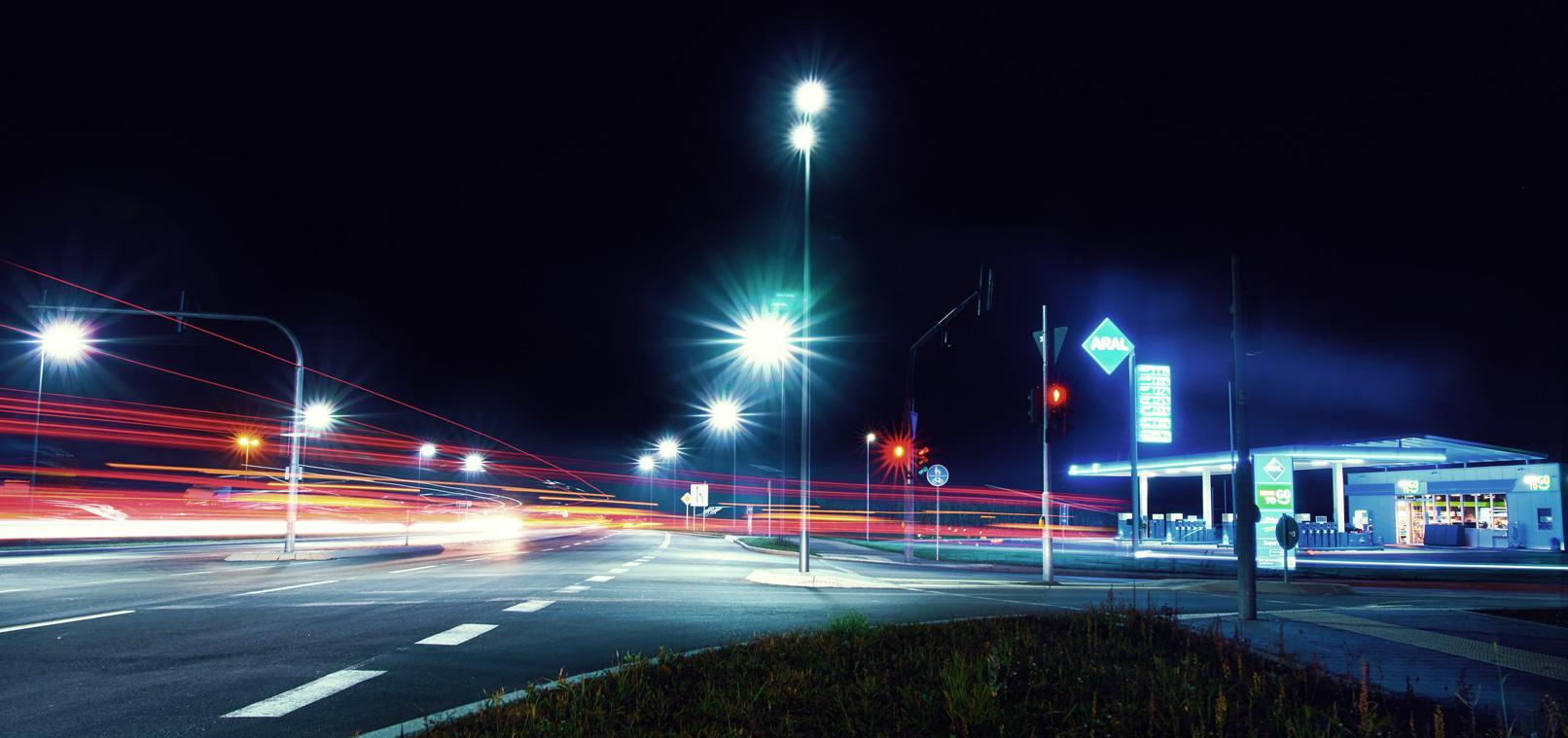 Lichtschweife des Straßenverkehrs, aufgenommen in der Nacht.