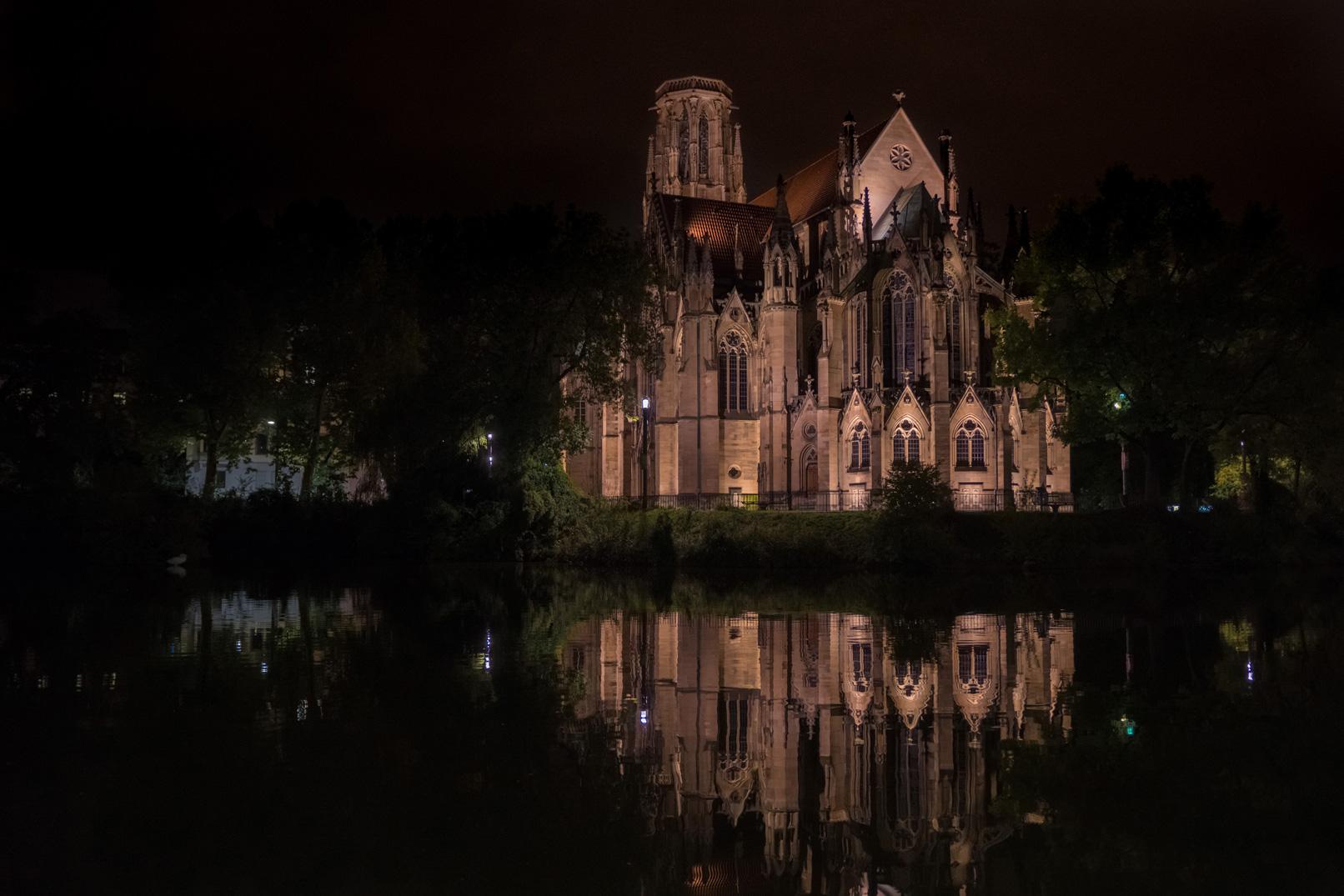 Beleuchtetes Gebäude in der Nacht – im Nachtfotografie-Training wird gezeigt, wie die Aufnahme funktioniert.