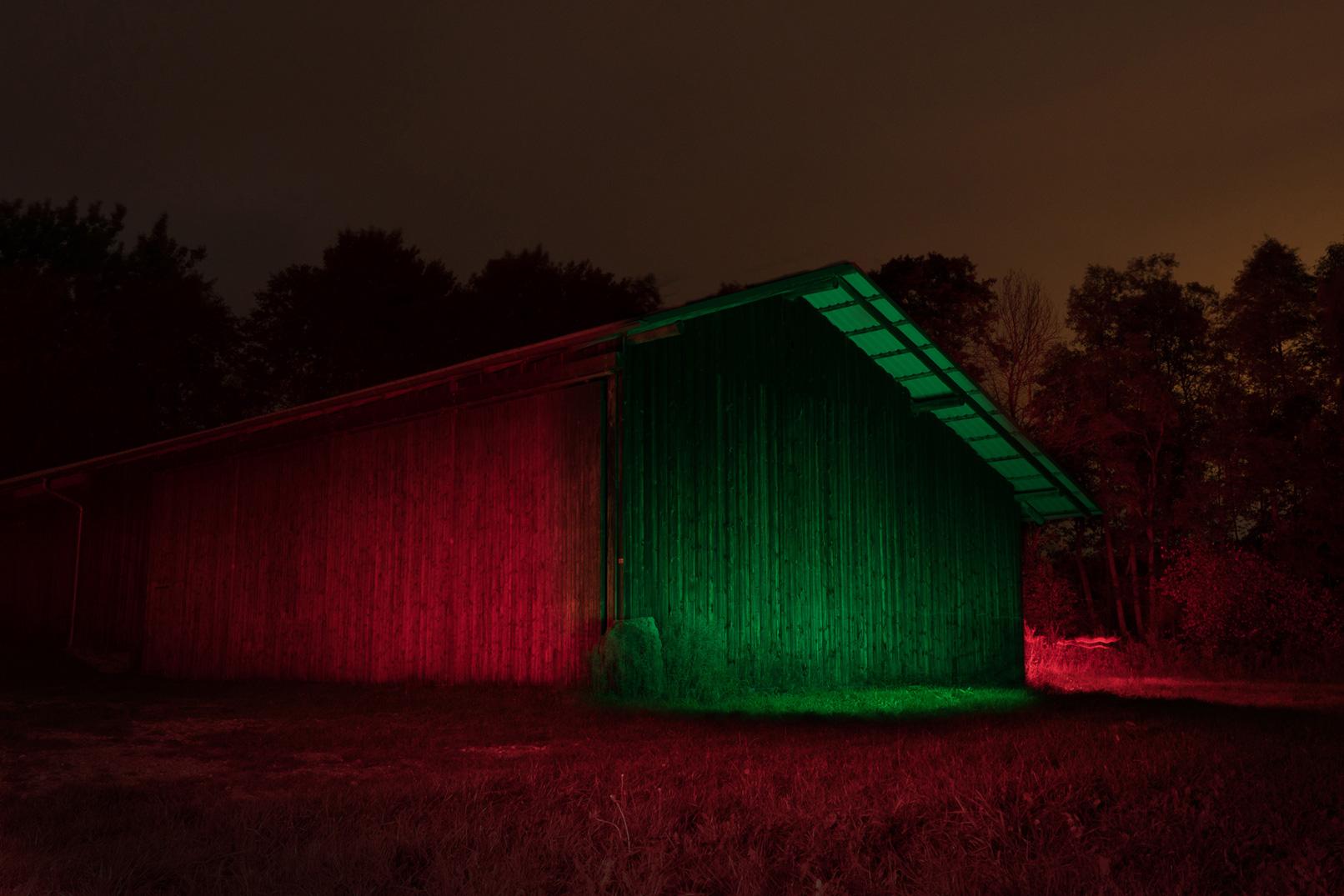 Kreative Nachtaufnahmen anfertigen – im Training wird eine im Dunkeln liegende Scheune mit Wanderlicht und Farb-LEDs beleuchtet.