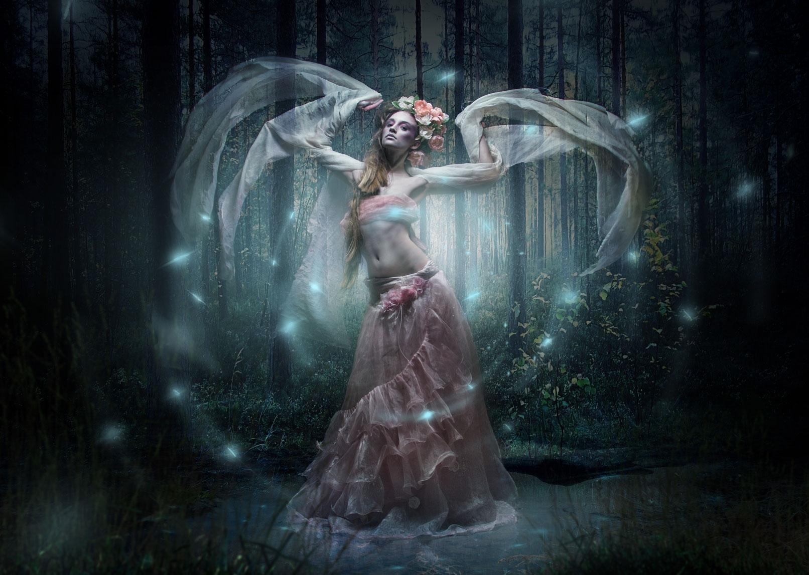 Frau in einem Wald, märchenhafte Szene, Beispiel für das Training Bildcomposing