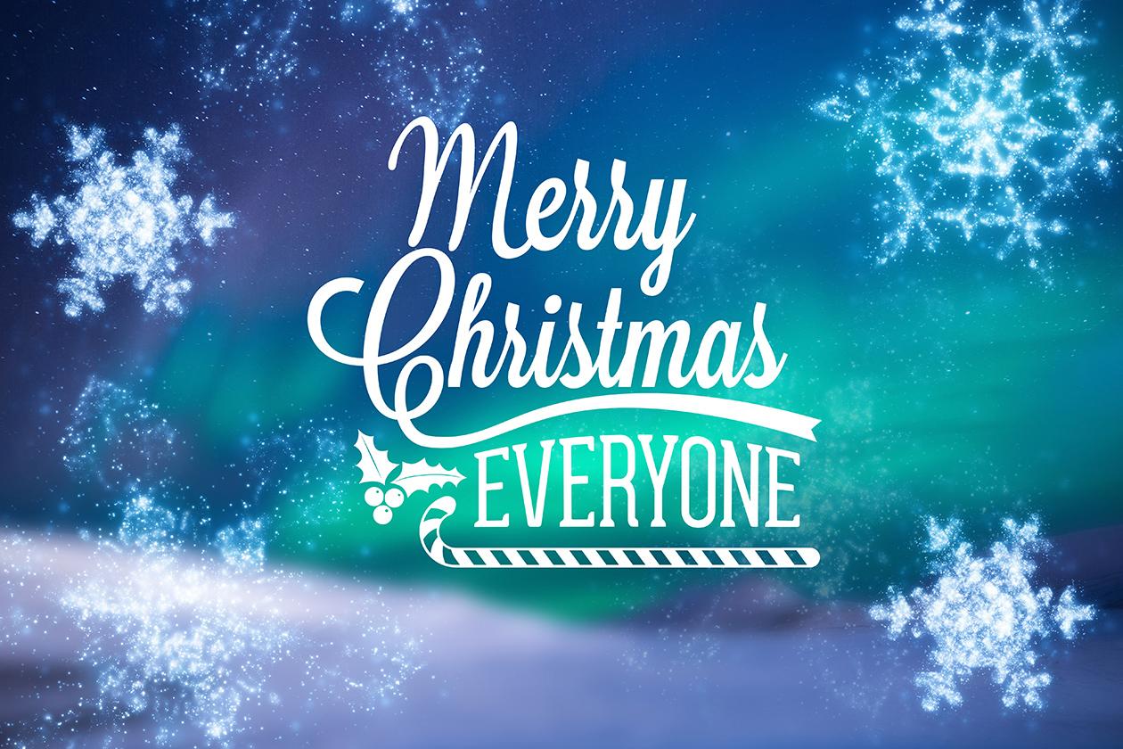 Schriftzug Merry Christmas Everyone in winterlicher Kulisse, mit Schneeflocken versehen