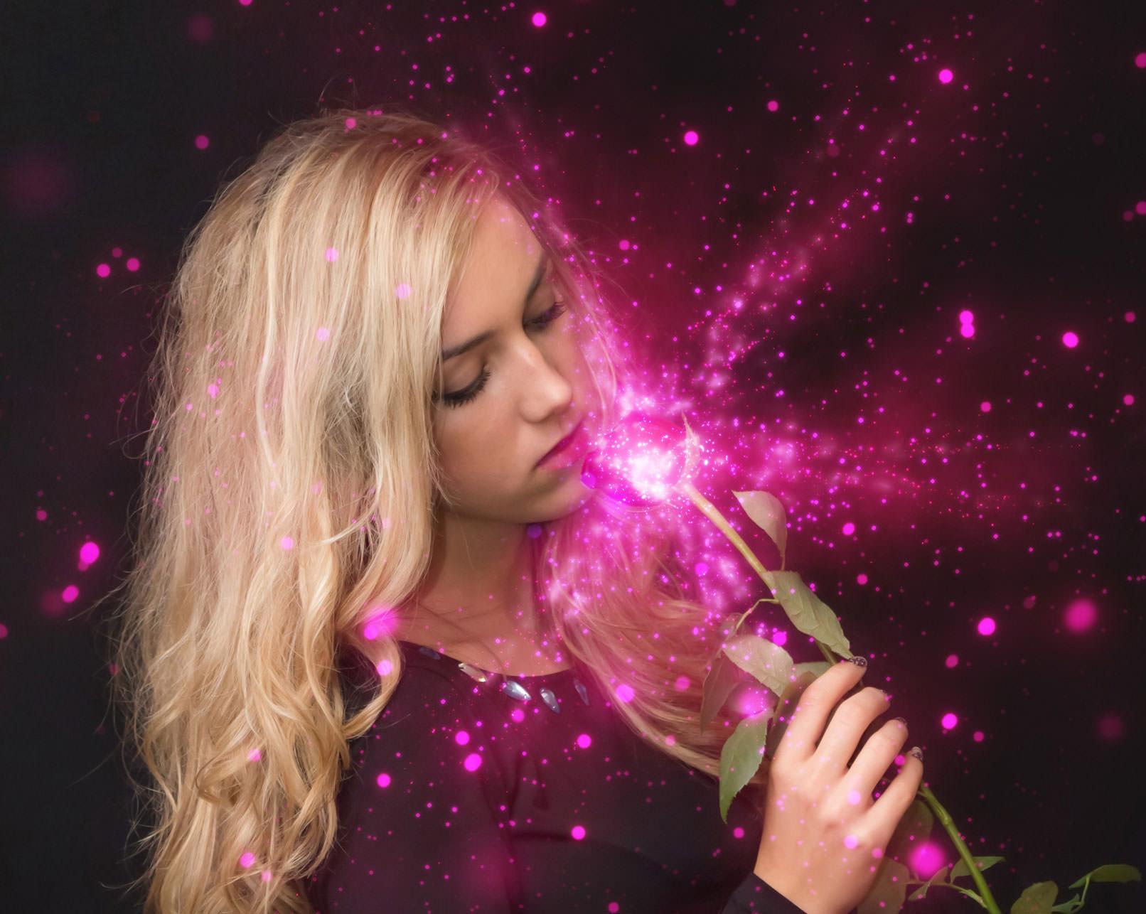 Frau mit Blume, Foto überlagert Glitzereffekt eines Sterne-Bilds
