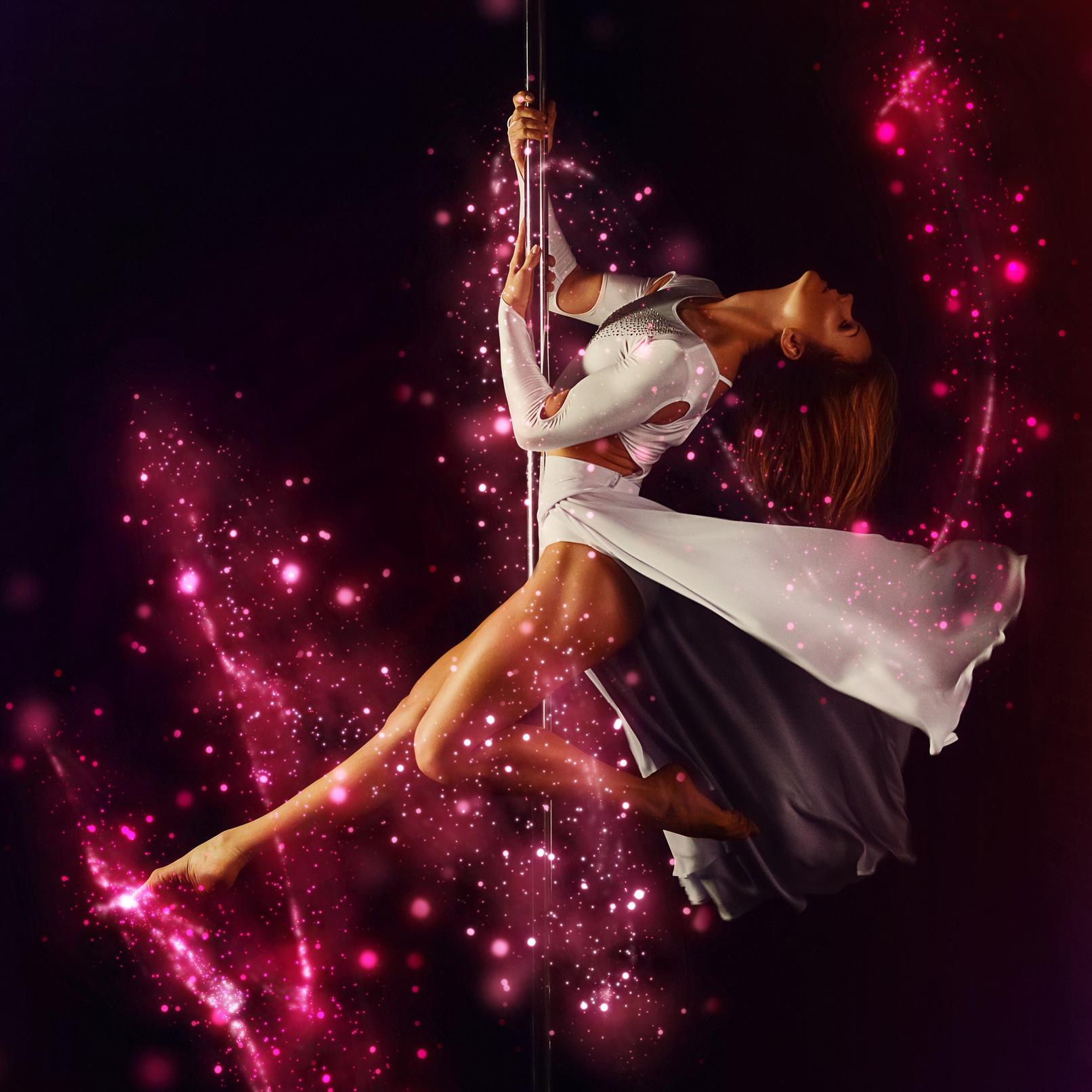 Frau tanzt an einer Stange, Foto mit Glitzereffekt überlagert