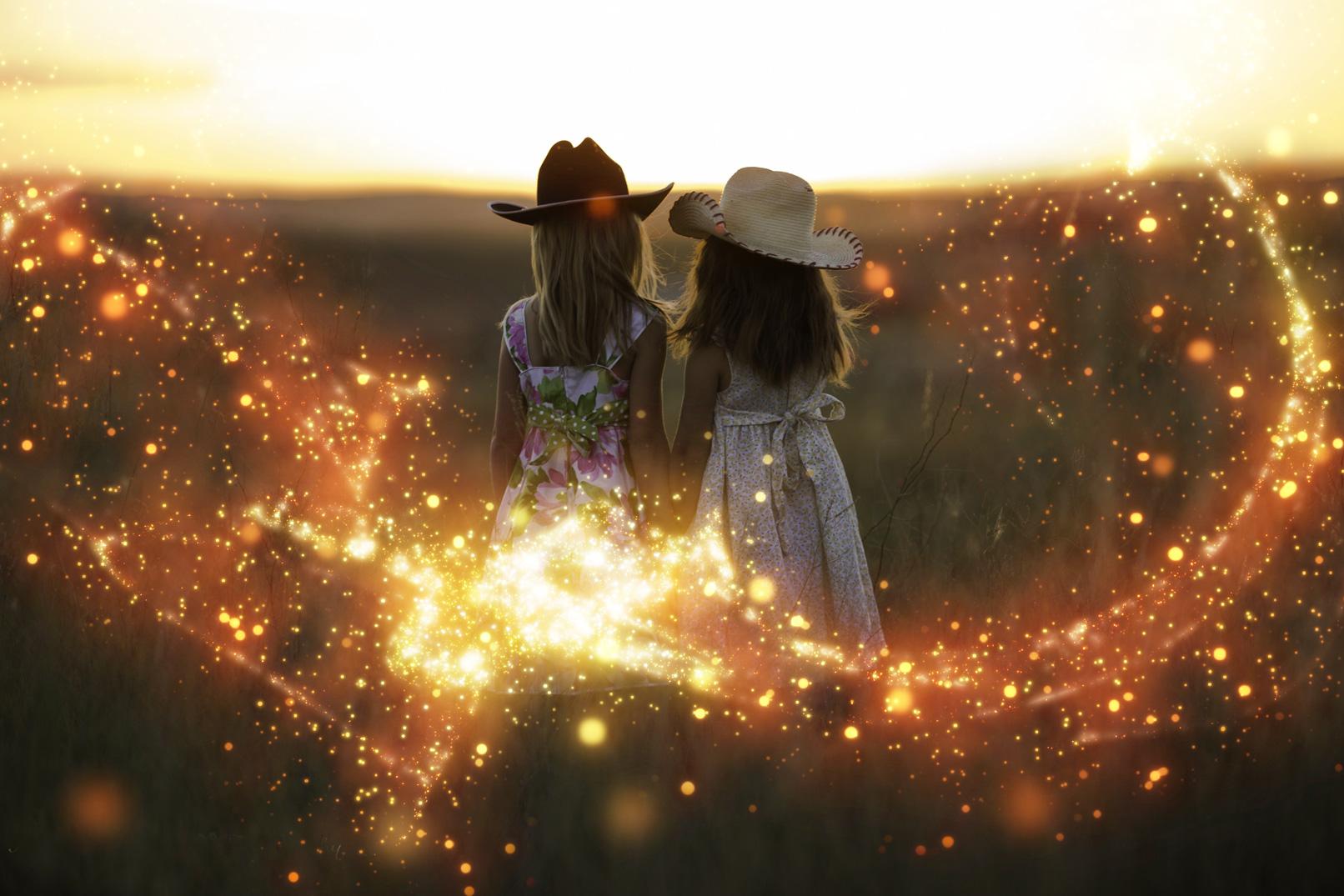 Zwei Mädchen auf einem Feld, Foto mit Glitzereffekt überlagert
