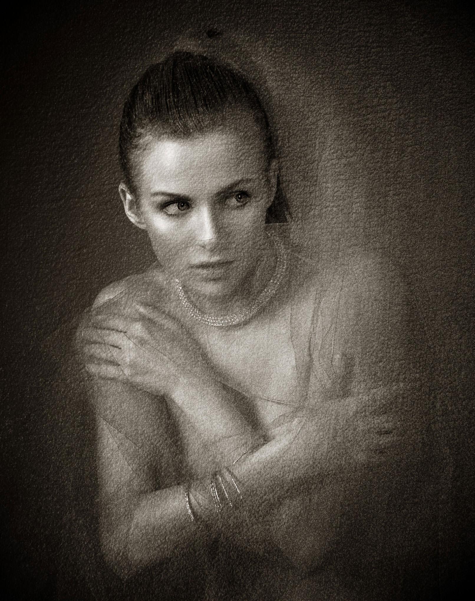 Portrait einer Frau, darauf Textur aus Acryl und Lack