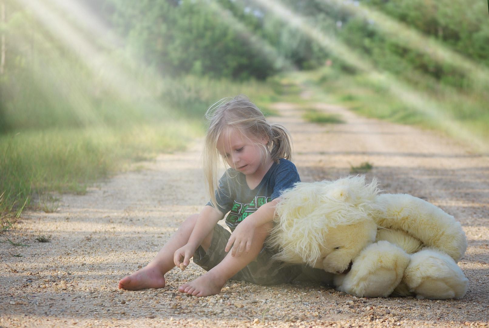 Mädchen mit Hund auf Waldweg, eingearbeitete Flares