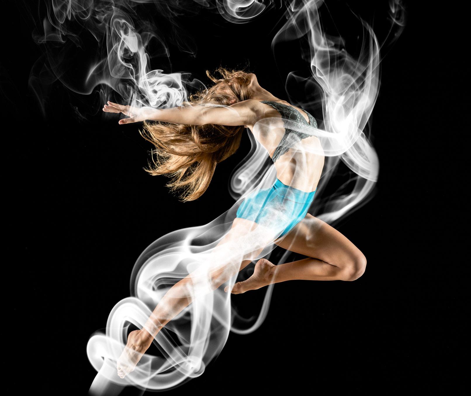 Frau beim Sport, überlagert mit Rauch-Motiv
