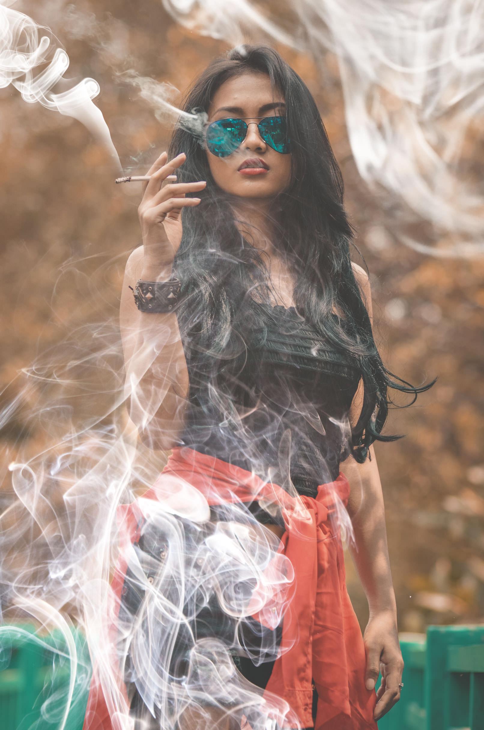 Foto einer Frau mit eingearbeiteten Smoke-Overlays, Rauch-Bildern