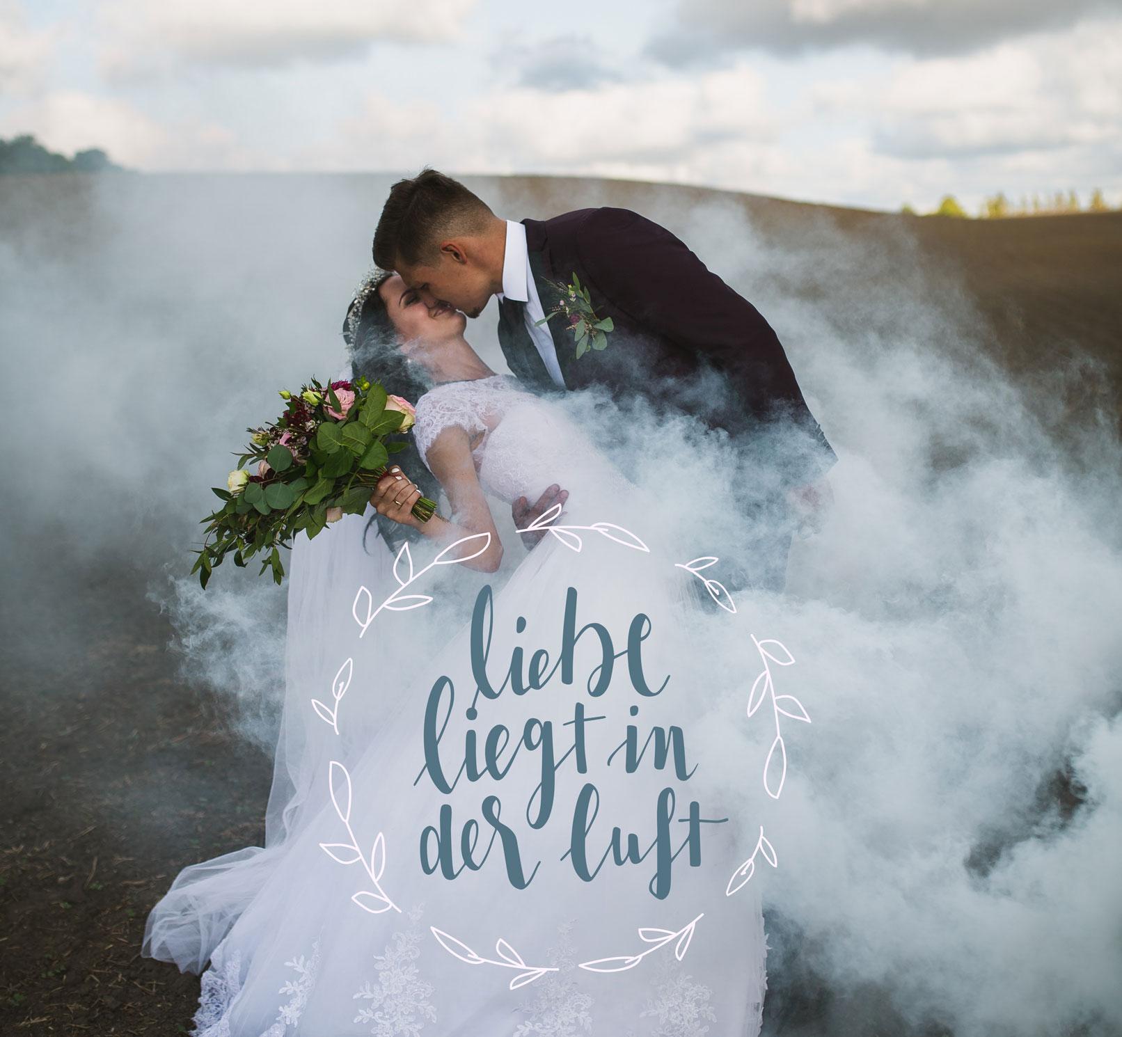 Brautpaar mit Handlettering Liebe liegt in der Luft