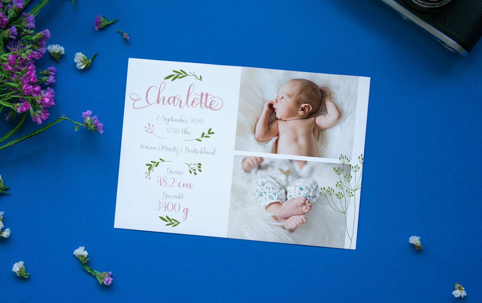 Kreative Geburtskarten-Vorlage vor einem blauen Hintergrund mit Blumen