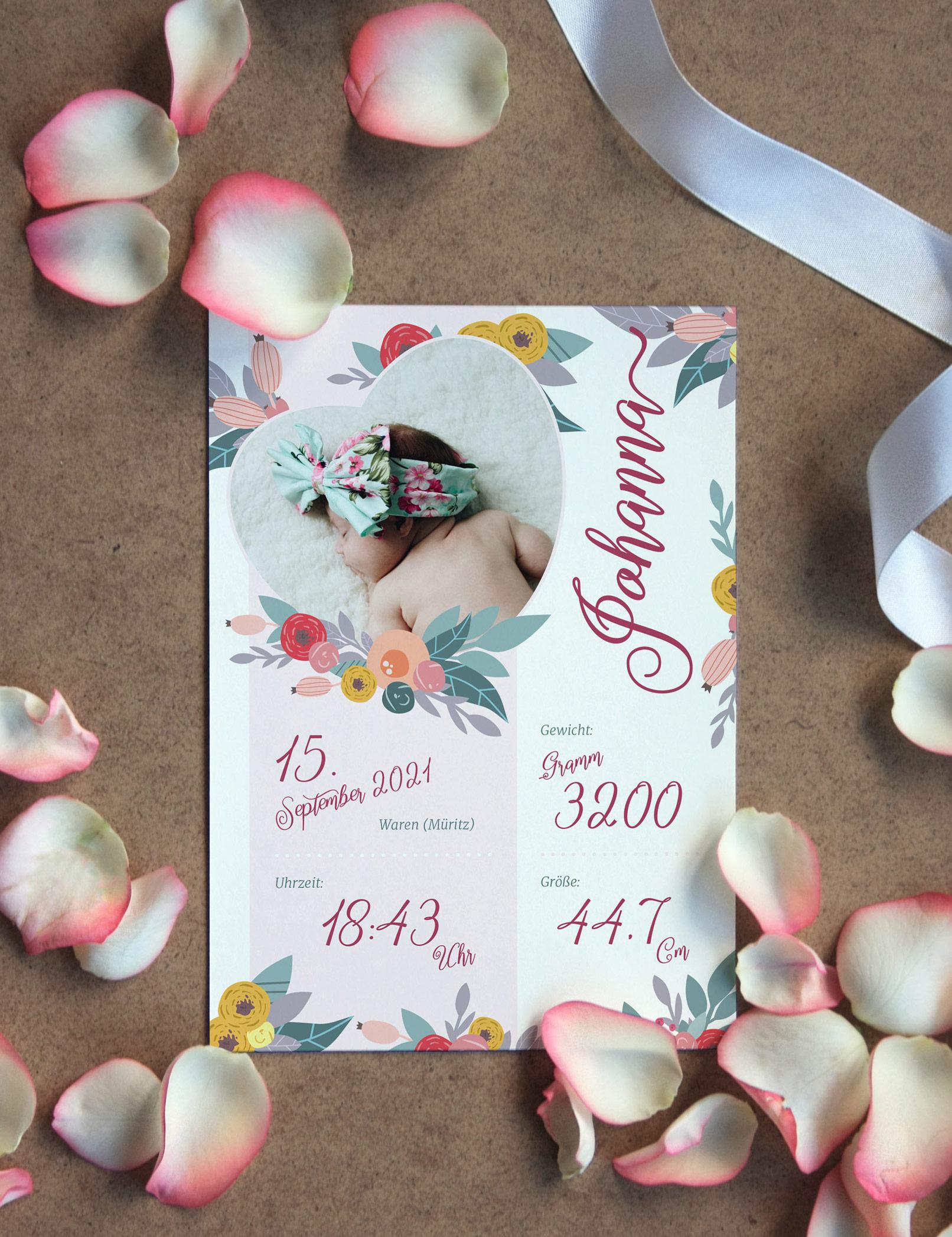 Kreative Geburtskarten-Vorlage in einem floralen Design, von Rosenblättern umgeben