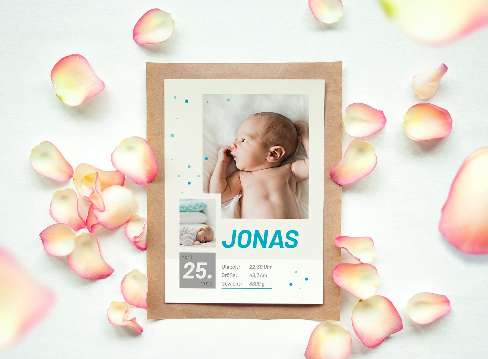 Kreative Geburtskarten-Vorlage zum Ausdrucken, umgeben von Rosenblättern