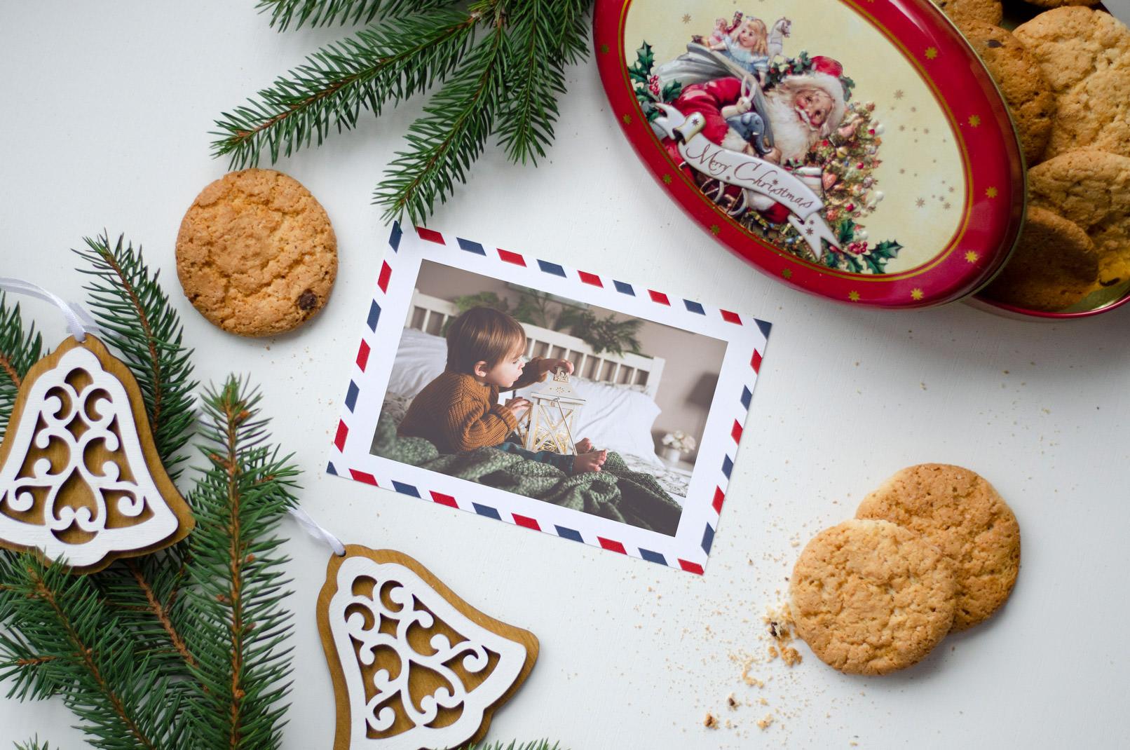 Weihnachtlicher Hintergrund mit einer Postkarte, auf der ein Foto platziert wurde