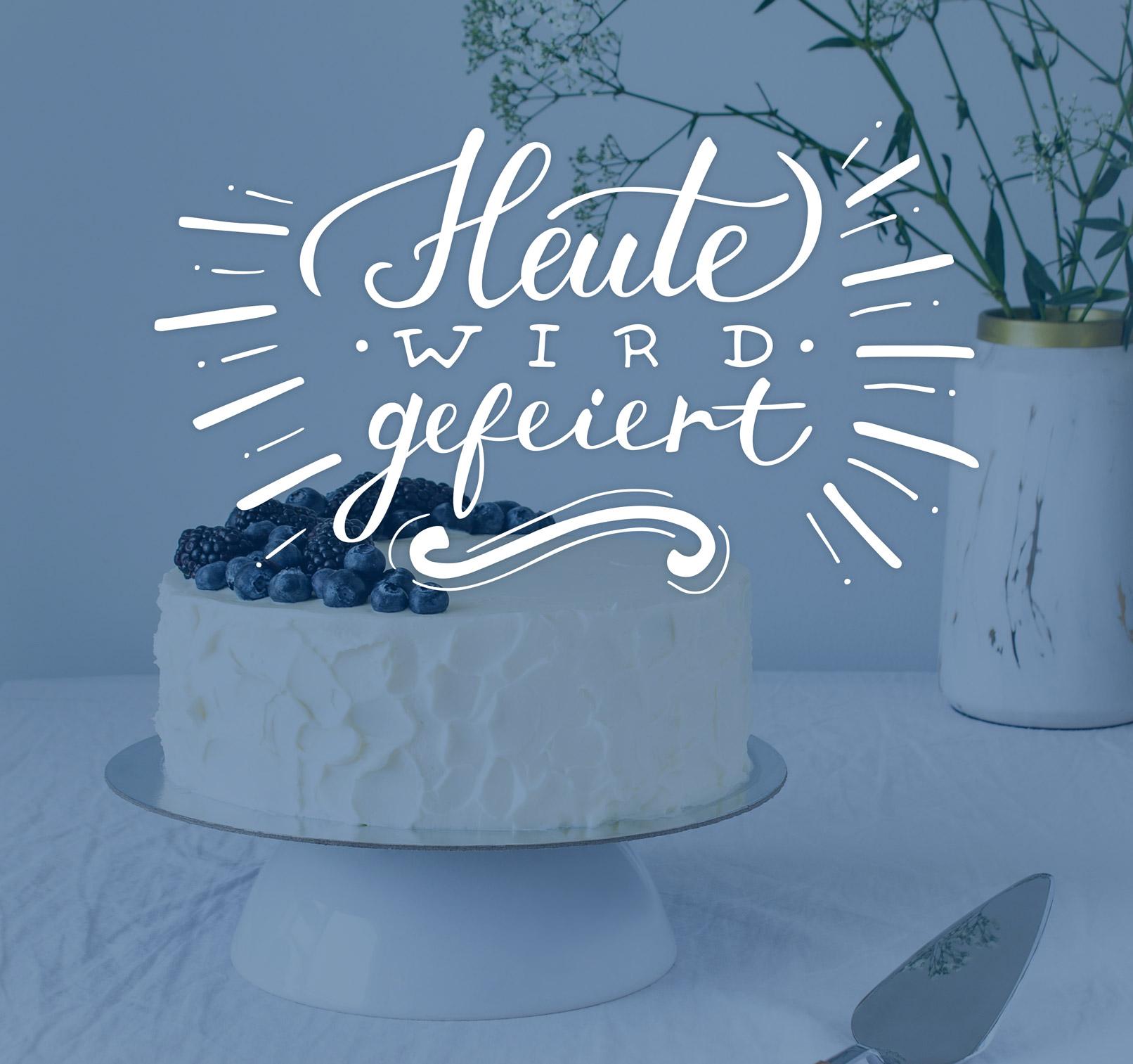 Geburtstagskarte, Torte im Hintergrund, im Vordergrund ein Handlettering zur Einladung zu einem Geburtstag