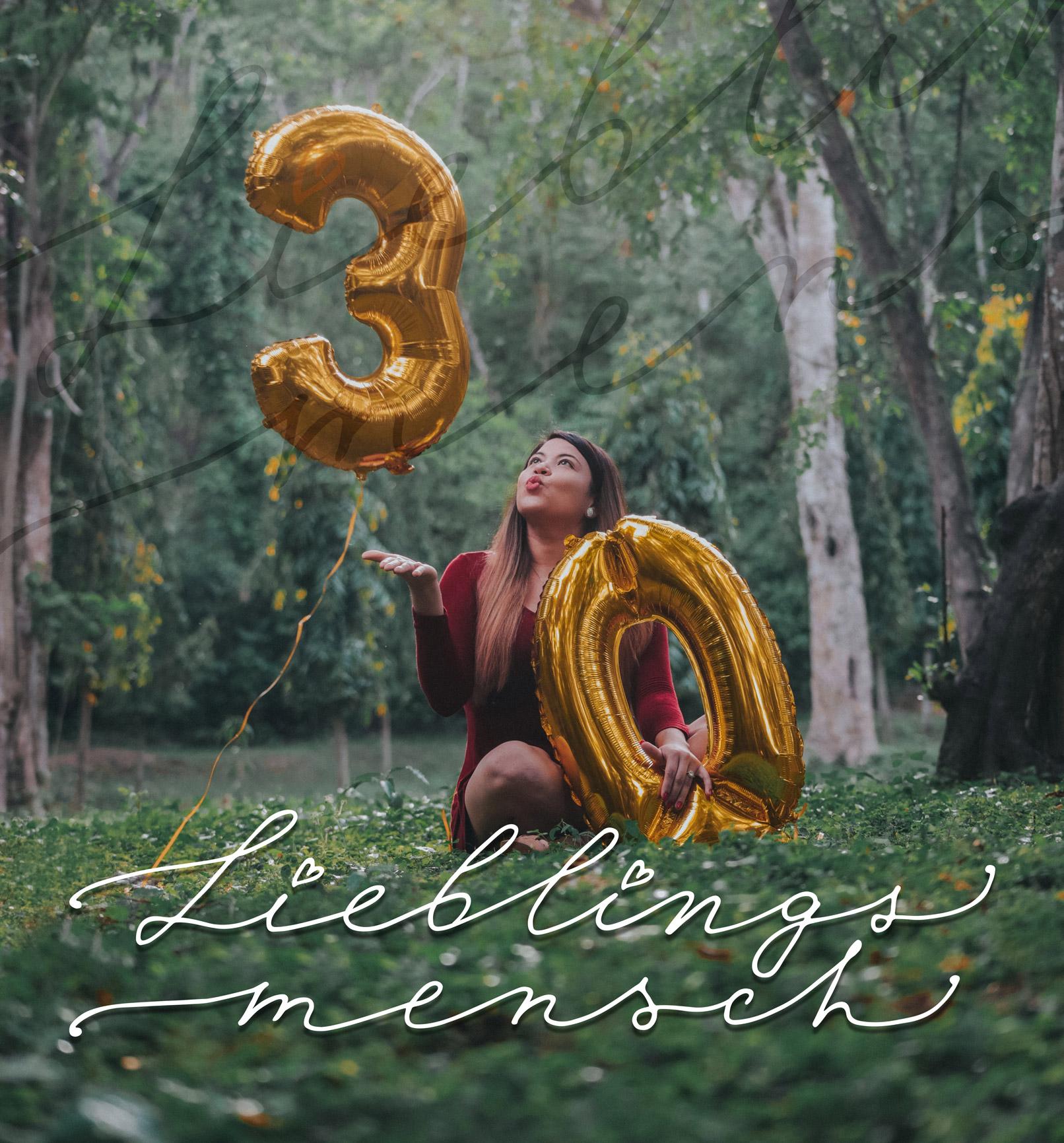 Foto einer Frau mit Luftballons und einem Handlettering zum Geburtstag