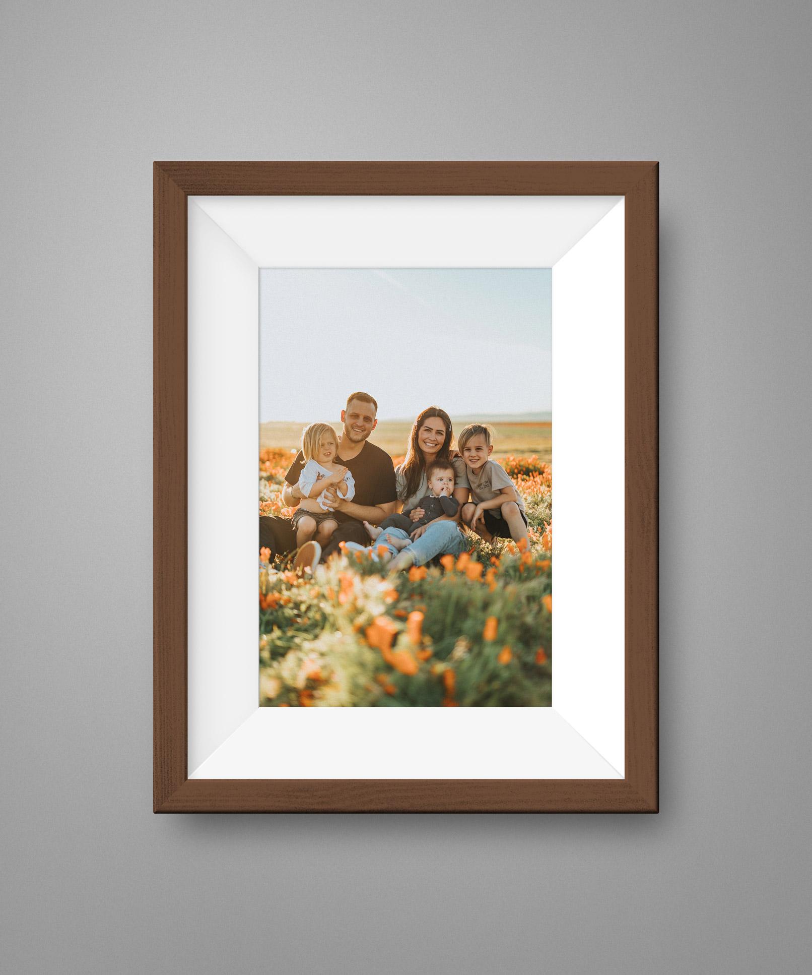 Familienfoto in einem braunen Bilderrahmen mit Holztextur