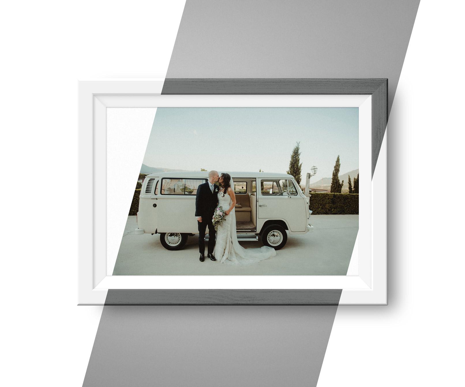 Hochzeitsfoto in einem Bilderrahmen, wobei zwischen Schwarz und Weiß gewählt werden kann