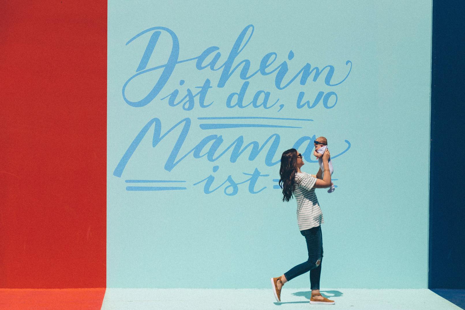 Foto einer Frau mit Kind, im Hintergrund ist ein Handlettering eingefügt