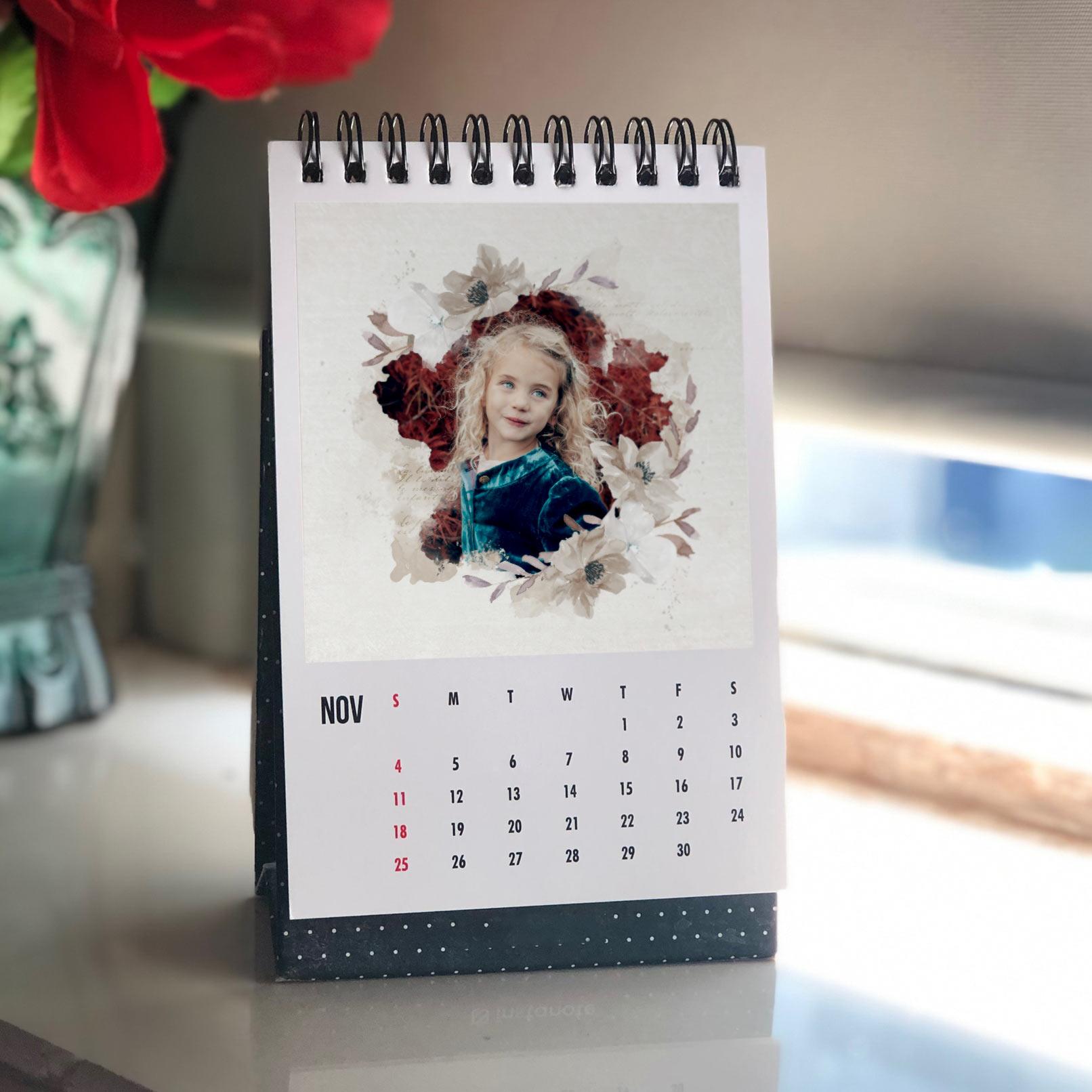Foto eines Mädchens in einem Aquarell-Rahmen mit Blumenverzierungen, gedruckt auf einen Fotokalender