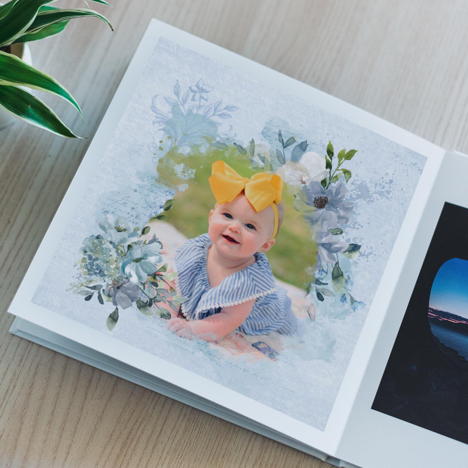 Foto eines Babys in einem Aquarell-Rahmen mit Blumen, ausgedruckt in einem Fotobuch