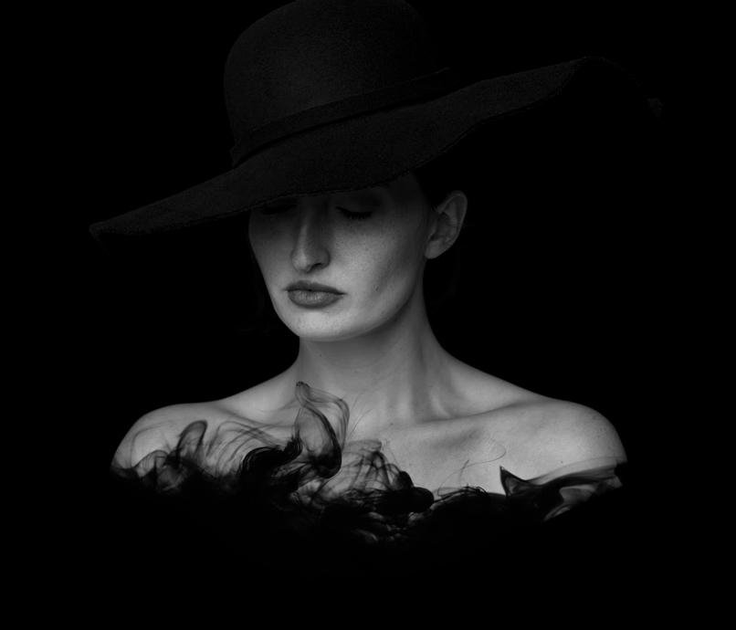 Schwarz-Weiß-Porträt einer Frau, in das eine Wasser-Textur eingearbeitet wurde.