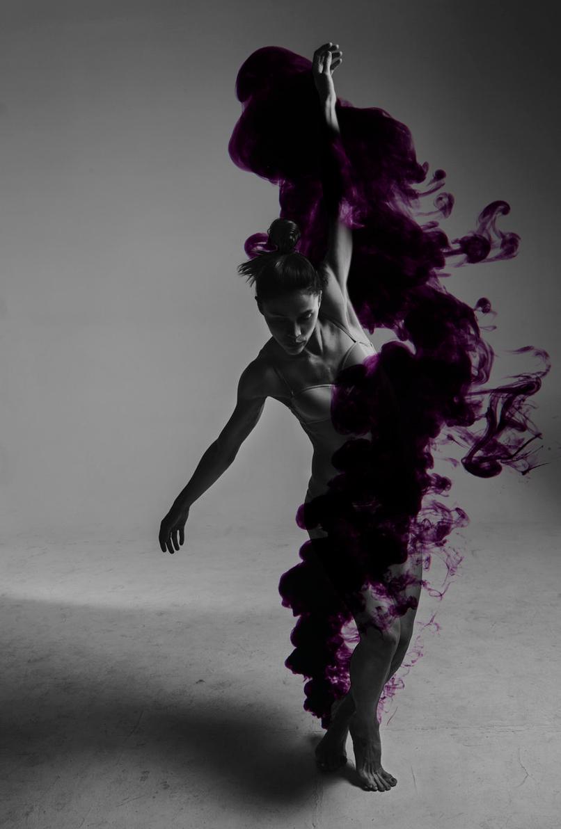 Tanzende Frau, Schwarz-Weiß-Aufnahme mit einem hinzugefügten Effekt, basierend auf Flüssigkeiten-Texturen.