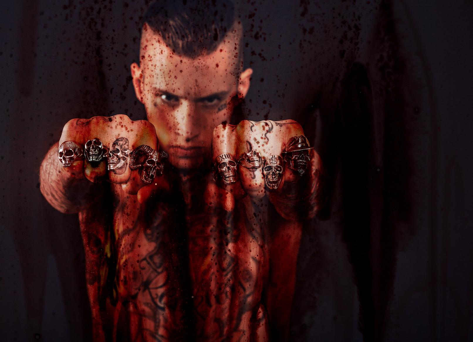 Mann mit geballten Fäusten – eingearbeitet wurde eine Blut-Textur mit Blutspritzern.