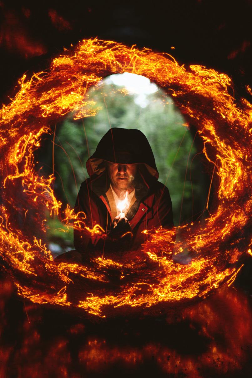 Mann mit Licht in der Hand, umgeben von einem Feuerring, erstellt aus Feuer-Texturen.