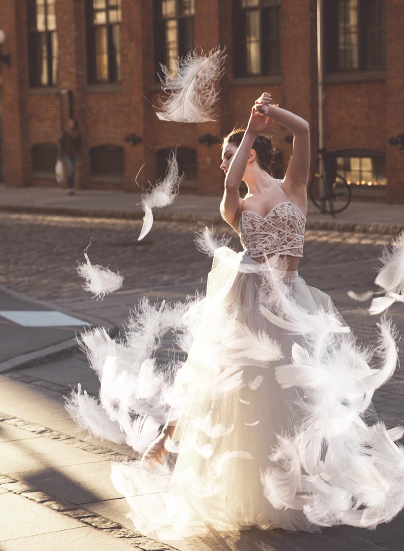 Foto einer Tänzerin mit eingefügten weißen Federn.