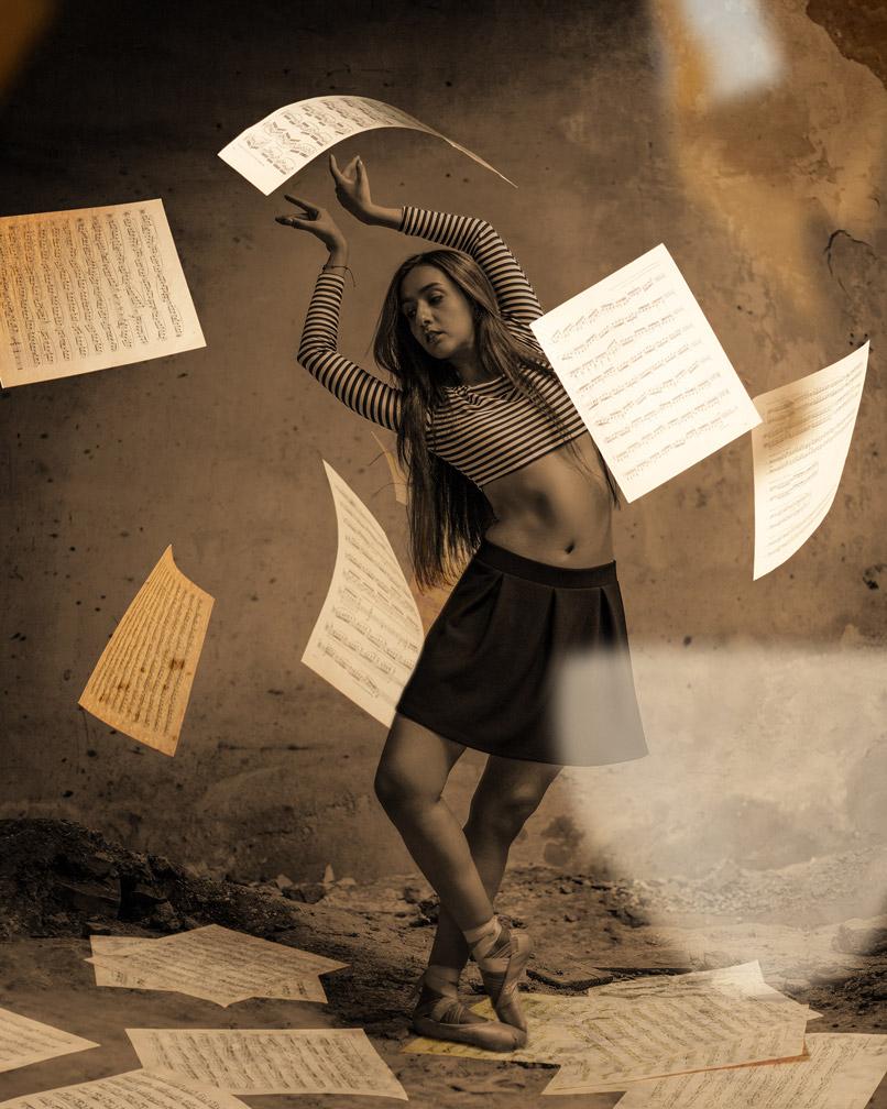 Foto einer tanzenden Frau, in das fallende Notenblätter eingearbeitet wurden.