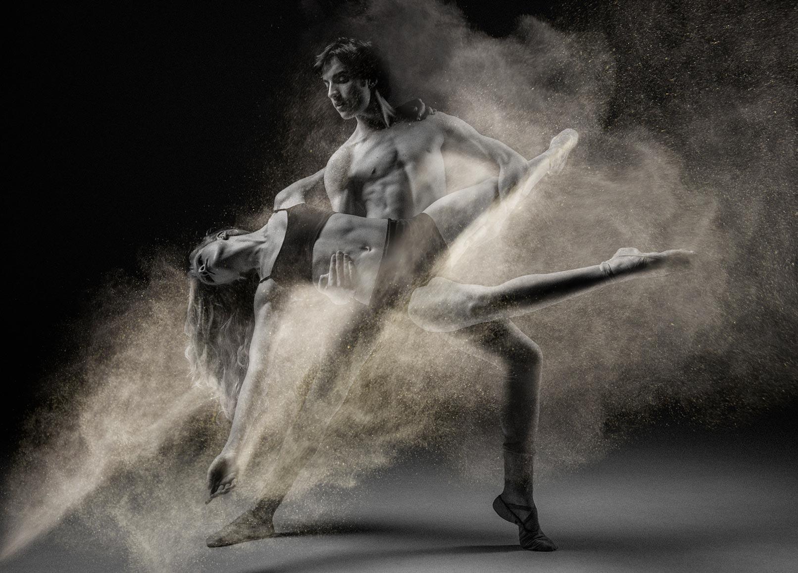 Tanzpaar in Schwarz-Weiß, Foto wurde mittels Textur mit einem Staub-Effekt versehen.
