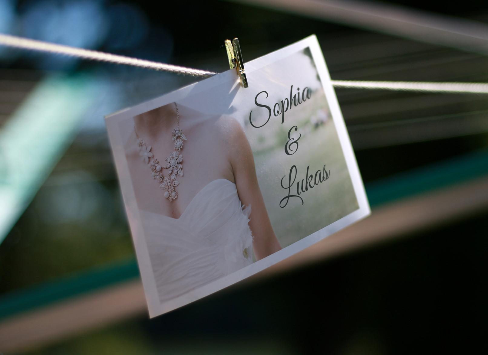 Mockup: Hochzeitseinladung an einer Wäscheleine