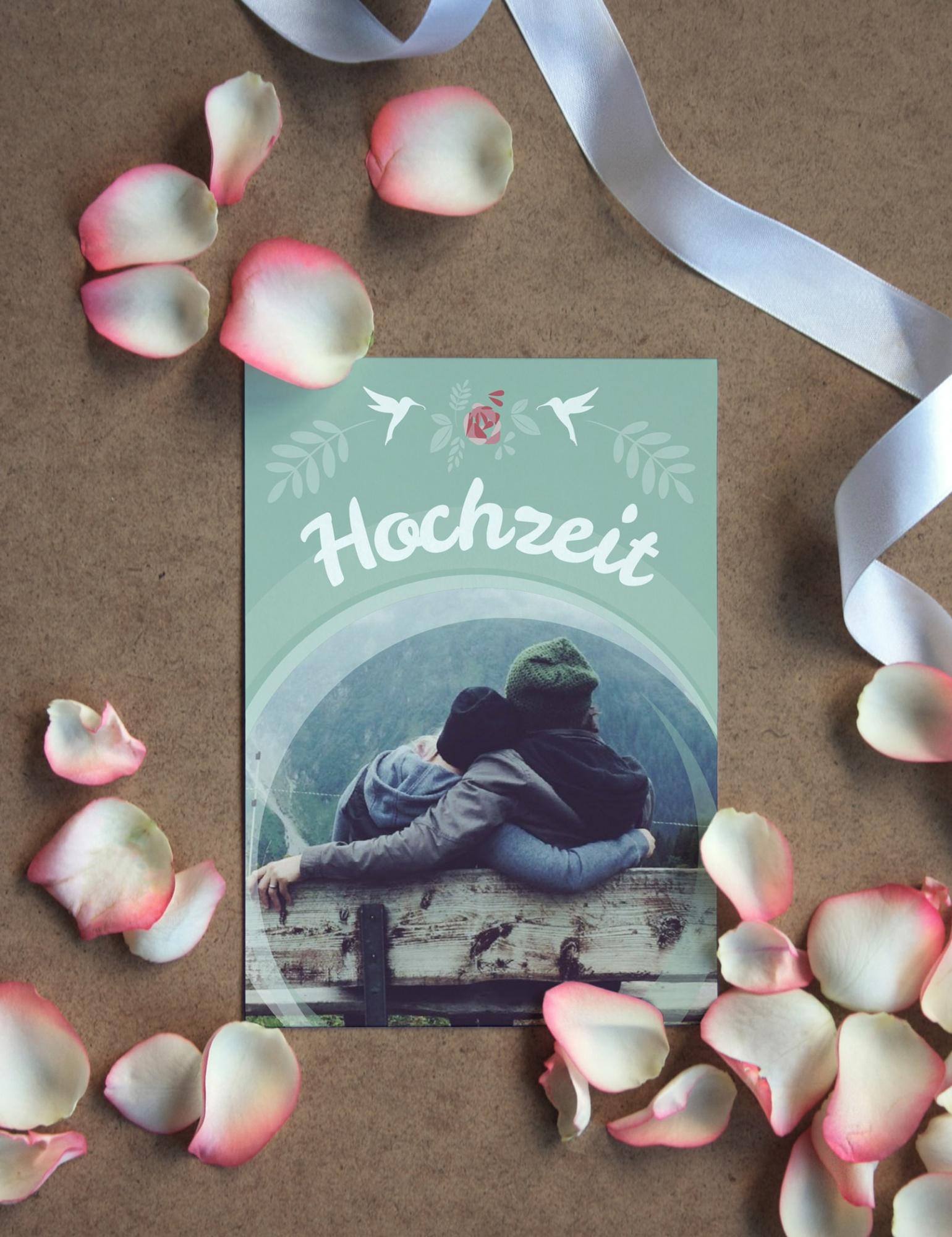 Mockup: Hochzeitskarte von Rosenblättern umgeben