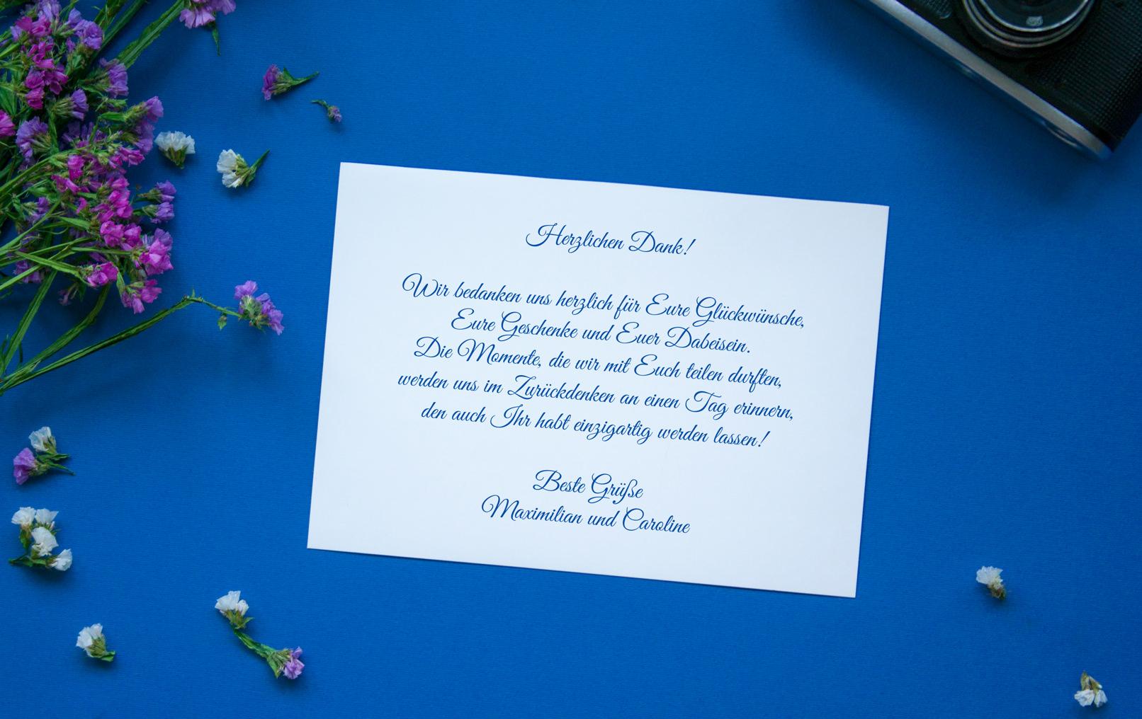 Mockup: Dankeskarte vor blauem Hintergrund